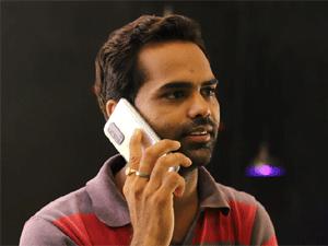 Млад мъж говори по телефона